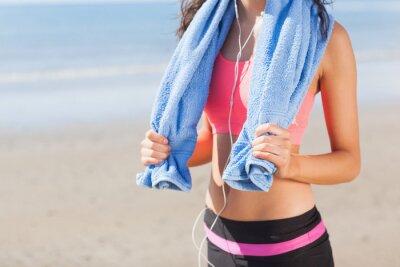 Image Mi, section, femme en bonne santé avec une serviette autour du cou sur la plage