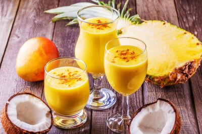 Image Milkshake tropical avec des ingrédients.