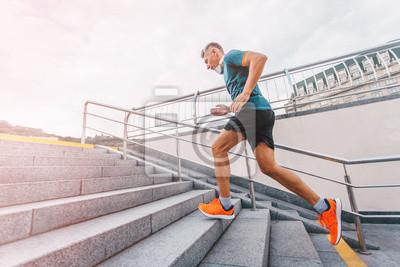 Image Mode de vie sain, homme d'âge moyen, coureur coulissant dans les escaliers de la ville. Couleur vintage