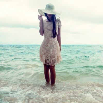 Image Mode portrait d'une jeune fille sur la mer