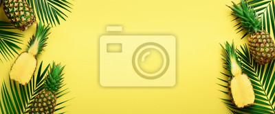 Image Modèle avec des ananas lumineux sur fond jaune. Vue de dessus Espace copie Style minimal. Pop art design, concept estival créatif. Bannière