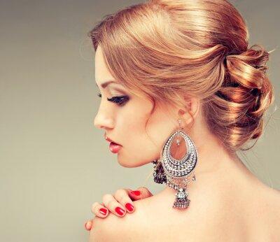 Image Modèle avec des clous rouges et une coiffure mignon