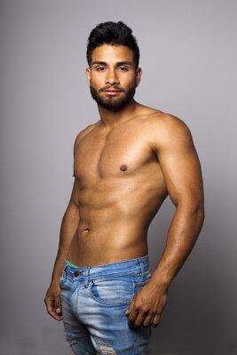 Image Modelo masculino musculoso con torse desnudo