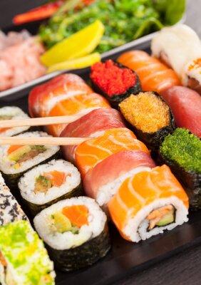 Image morceaux de sushi avec des baguettes
