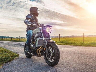 Image Moto sur la route à cheval. S'amuser à cheval sur la route vide sur une moto tour / voyage