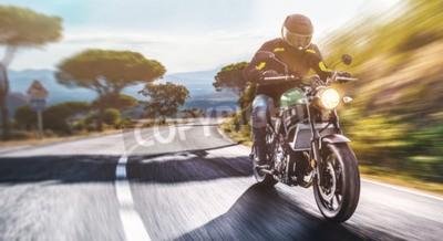 Image moto sur la route à cheval. s'amuser à conduire la route vide sur un voyage en moto. copyspace pour votre texte individuel.