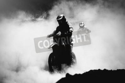 Image Motocross racer accélérant en poussière, noir et blanc, photo à contraste élevé