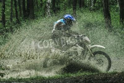Image Motocross traversant le virage, éclaboussures d'eau en compétition