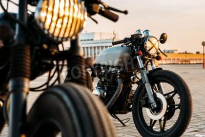 Image Motocyclette de course de café de moto de cru faite sur commande avec les lumières de lampe allumées. Un avec le phare de gril un autre avec la bande croisent l'optique sur le stationnement de station
