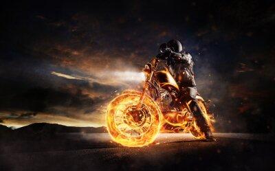 Image Motocycliste sombre restant sur la combustion de la moto dans la lumière du coucher du soleil