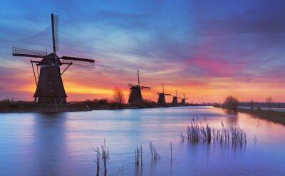 Image Moulins à vent traditionnels au lever du soleil, Kinderdijk, Pays-Bas