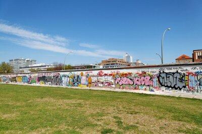 Image Mur et pelouse verte. Berlin.