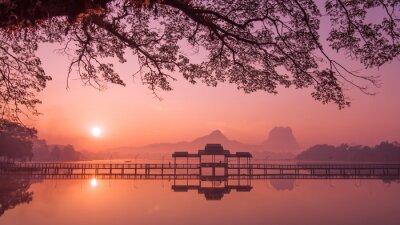 Image Myanmar (Birmanie) Hpa Un lac au lever du soleil. Repère asiatique et destination de voyage