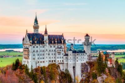 Image Neuschwanstein, Beau paysage d'automne Panorama Panorama Image du château de conte de fées près de Munich en Bavière, Allemagne avec des arbres colorés dans la matinée