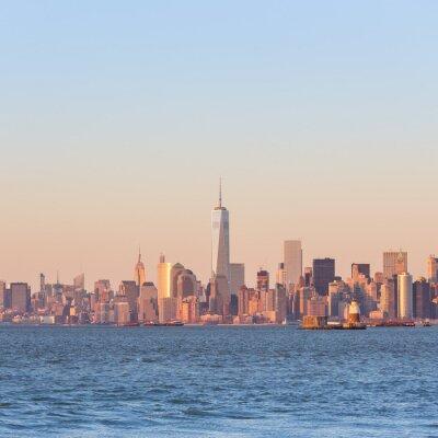 Image New York City Manhattan au centre-ville au coucher du soleil avec gratte-ciel éclairé sur le panorama de la rivière Hudson. Composition carrée, copie espace.
