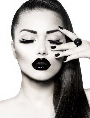 Image Noir et blanc Brunette Girl Portrait. Manucure Caviar Trendy