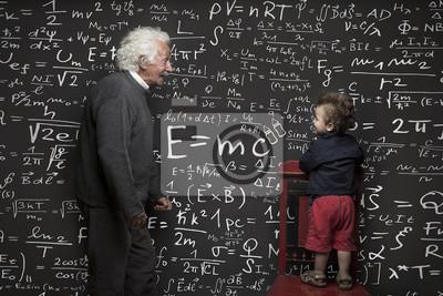 Image Nonno scienziato e nipotino con lavagna scritta sullo sfondo