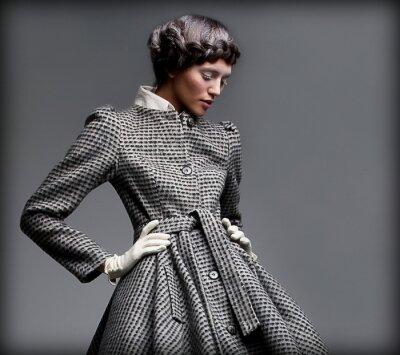 Image Nostalgie. Lady romantique dans le manteau classique. Pin-up style