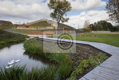 nouveau parc avec un étang et vignoble