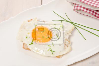 oeufs frits avec du sel et ciboulette