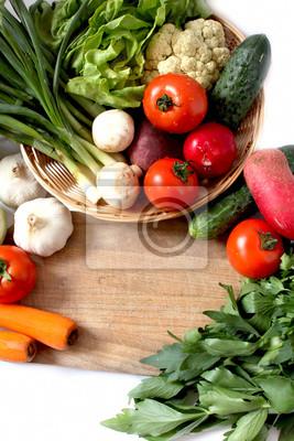 panier avec des légumes et des verts