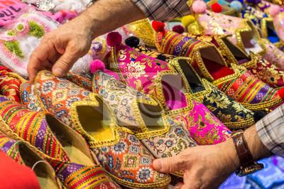 Image Pantoufles colorés turcs et des chaussures à la vente sur le marché  bazar, avec 6dca41451a3