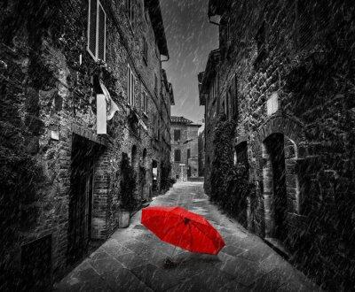 Image Parapluie sur rue sombre dans une vieille ville italienne en Toscane, Italie. Il pleut.