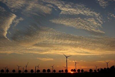 Image Parc éolien en construction au coucher du soleil avec Cirrocumuluswolken