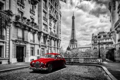 Image Paris artistique, France. Tour Eiffel vue de la rue avec la voiture rouge de limousine rétro.