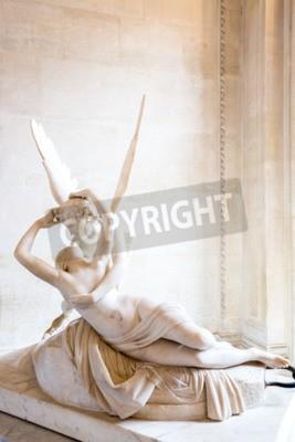 Image Paris - le 23 Juin: la statue de Cupidon le 23 Juin, 2014, Paris. Statue de la Psyché de Antonio Canova ranimée par le baiser de l'Amour, la première mise en service en 1787, illustre la dévotion néoc