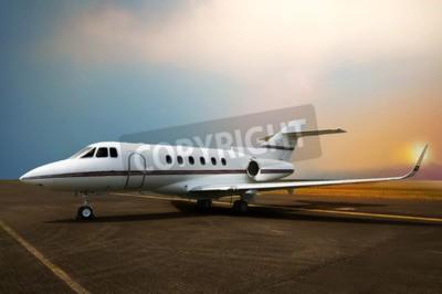 Image Parking privé avion à réaction à l'aéroport. Avec fond de coucher de soleil