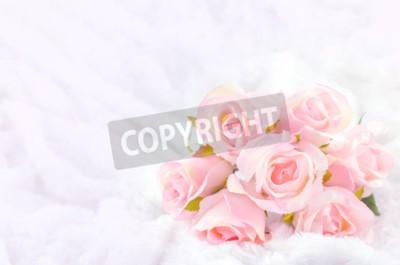 Image Pastel coloré Artificial Pink Rose mariage bouquet de mariée sur fond de fourrure blanche avec ton doux vintage