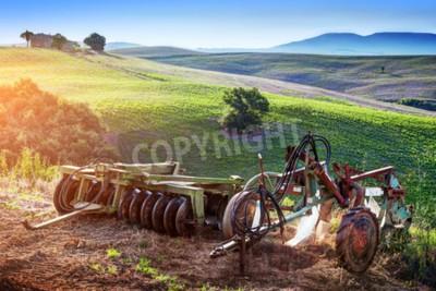 Image Paysage de la Toscane au lever du soleil. Retro, anciennes machines agricoles sur les collines toscanes. Italie