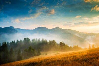 Image Paysage de montagne incroyable avec du brouillard et une botte de foin