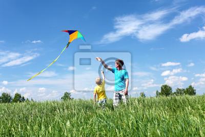 père avec son fils en été avec cerf-volant