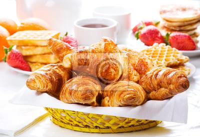petit déjeuner avec croissants frais