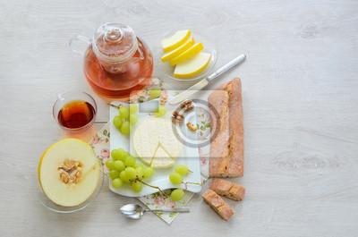 Petit-déjeuner français avec baguette et fromage de brebis