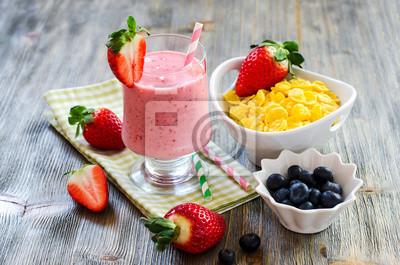 Petit-déjeuner sain avec des corn-flakes, Smoothie fraise et blueb
