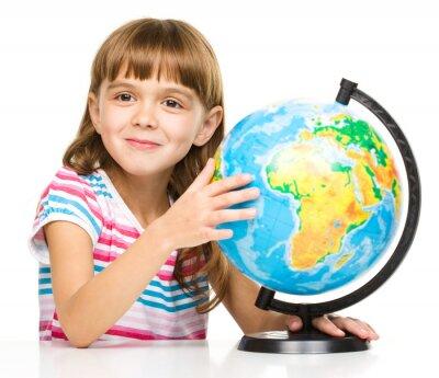 Image Petite fille étudie monde