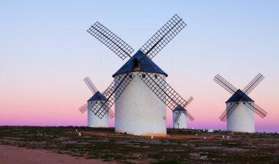 Image Peu de moulins à vent au terrain dans la soirée