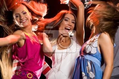 Photo de joyeux adolescentes s'amuser sur la piste de danse