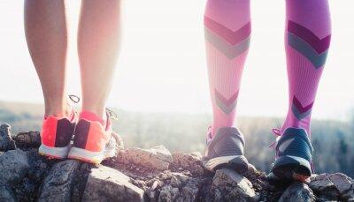 Image pieds athlète de sport en cours d'exécution sur le sentier mode de vie sain remise en forme