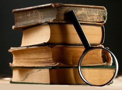 Image Pile de vieux livres avec loupe