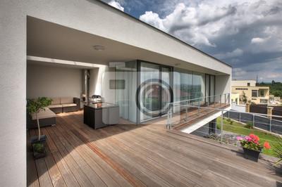 piscine bois sur le pont terrasse de la maison moderne