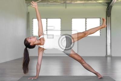 Planche à bois de yoga faisant des exercices de base de levée de jambe latérale dans la classe de yoga à la salle de fitness.