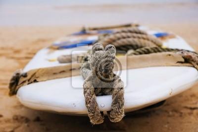 planche de surf sur le sable