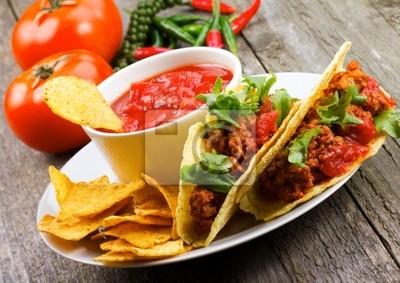 plaque avec tacos, nachos croustilles, trempette de tomate