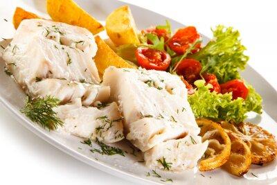 Image Plat de poisson - filet de poisson bouilli, pommes de terre au four et légumes