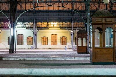 Image Plate-forme de passager la nuit sur la gare. Gare de nuit.