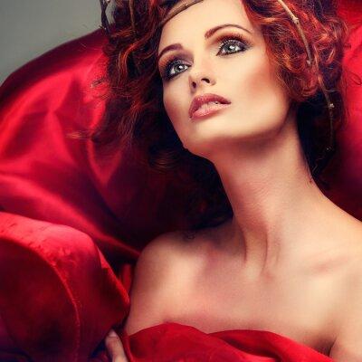 Image Poils rouges. Portrait de la belle fille en tissu rouge